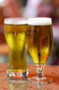 flirtsignale frauen. achte nicht nur auf das bier